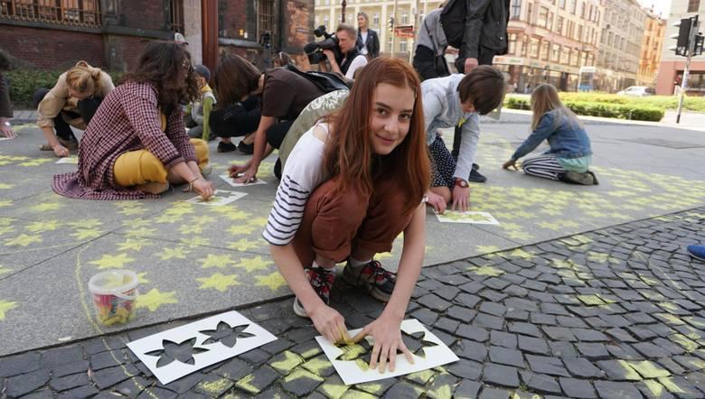 Akcję malowania żółtych żonkili na chodniku przed Zaułkiem Solnym zorganizowały dzieci ze Szkoły Podstawowej Szalom Alejchemtomasz holod / polska pr