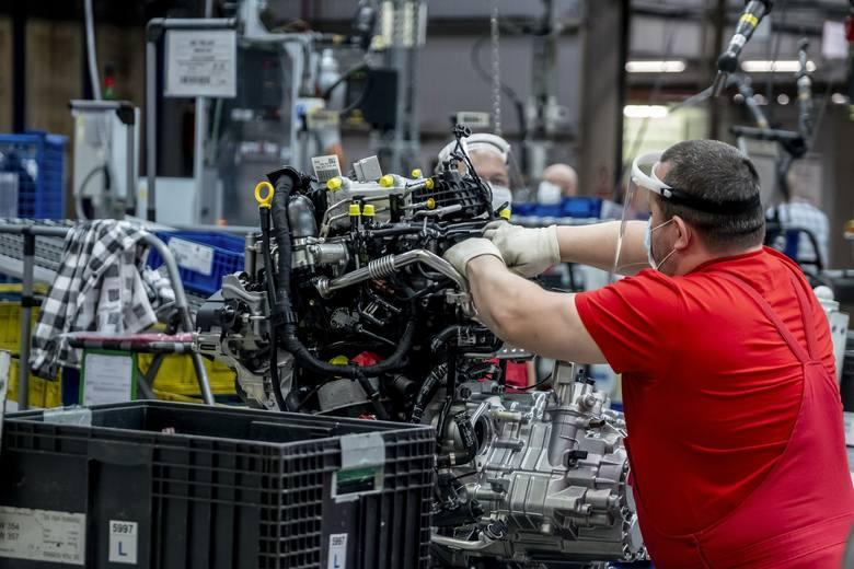 Obecnie stanowiska pracy w Volkswagen Poznań są zróżnicowane ze względu m.in. na odległości między pracownikami. Konieczne jest zachowanie środków bezpieczeństwa, takich jak np. noszenie maseczek.