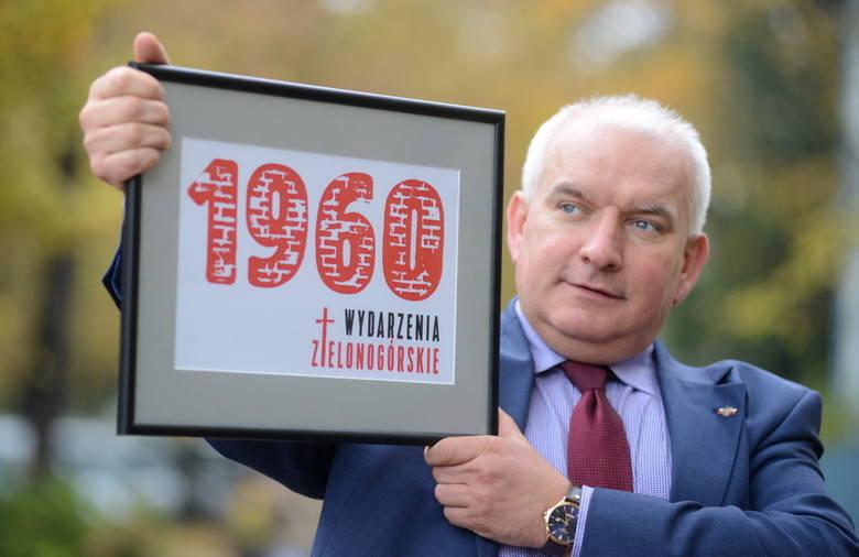 Robert Paluch prezentuje logo obchodów rocznicy Wydarzeń Zielonogórskich
