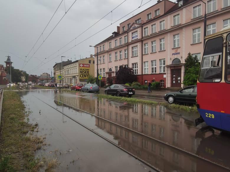 Zmiany klimatyczne widoczne są gołym okiem. Ulewy dają się we znaki mieszkańcom wielu miast, w tym także Bydgoszczy. Po krótkich, ale intensywnych opadach,