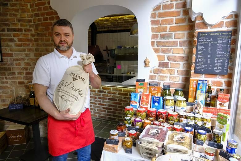 """Jacek Szymański 26 lat mieszkał w słonecznej Italii. Od blisko dwóch lat prowadzi na toruńskiej starówce pizzerie """"Czerwony Pomidor"""". W pandemii nie tylko sprzedaje pizzę na wynos, ale i oryginalne włoskie produkty, które kupują amatorzy domowej pizzy, np. różne gatunki mąki. Absolutnie nie ma za..."""