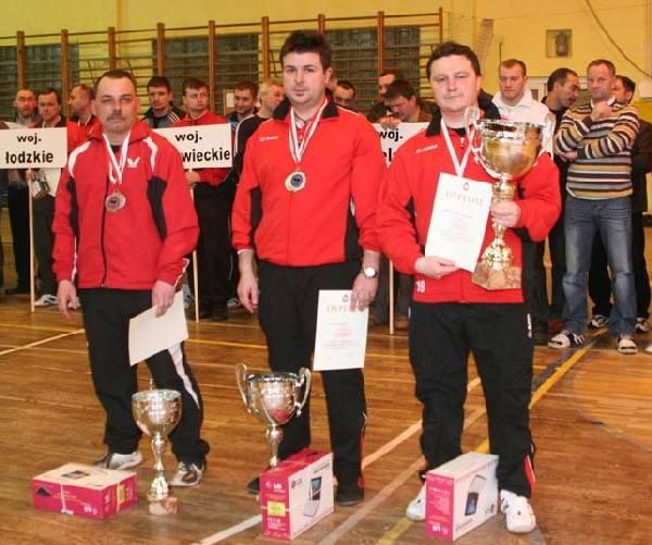 Medaliści IMP strażaków PSP na rok 2010. Stoją od prawej: Krzysztof Marcinowski, Sebastian Lubaś, Krzysztof Piński.