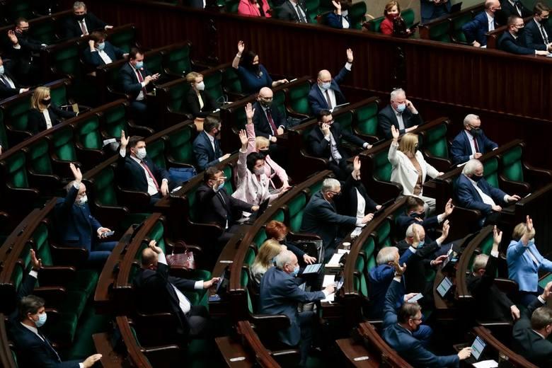 Najnowszy sondaż. Prawo i Sprawiedliwość cały czas liderem. Za nim ruch Polska 2050 Szymona Hołowni i Koalicja Obywatelska