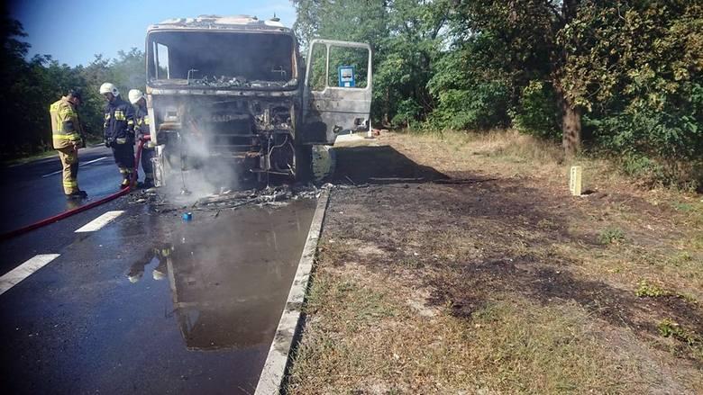 Do pożaru samochodu ciężarowego doszło we wtorek, 3 września, na drodze Zielona Góra - Nowogród Bobrzański.Na miejsce zdarzenia przyjechała straż pożarna.