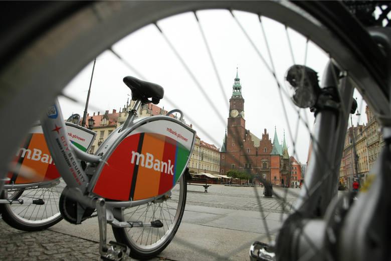 Jak do pracy w centrum Wrocławia dojeżdża prezydent, jego zastępcy i ważni miejscy urzędnicy? Coraz więcej z nich stawia na MPK lub rower.Wszyscy urzędnicy