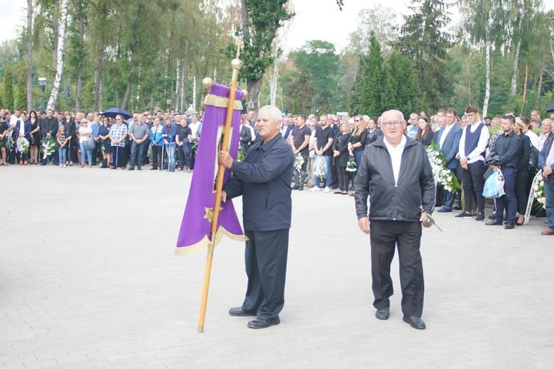 W sobotę na cmentarzu komunalnym we Wrześni rodzina, przyjaciele, znajomi i fani sportu pożegnali Łukasza Lonkę, wielokrotnego mistrza Polski w motocrossie.