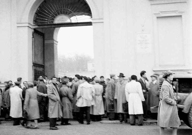 Uczestnicy wiecu przed bramą na dziedziniec pałacu Branickich