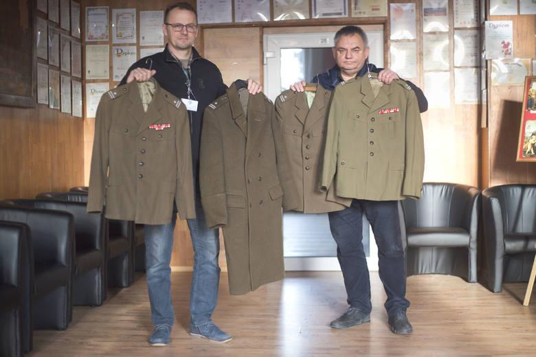 Mundury żołnierza z czasów PRL-u leżały koło kontenera (zdjęcia)