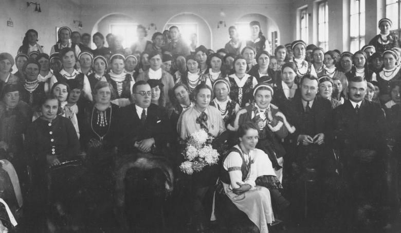 Włocławek, lata 30. Spotkanie przedstawicielek kół gospodyń wiejskich w starostwie.