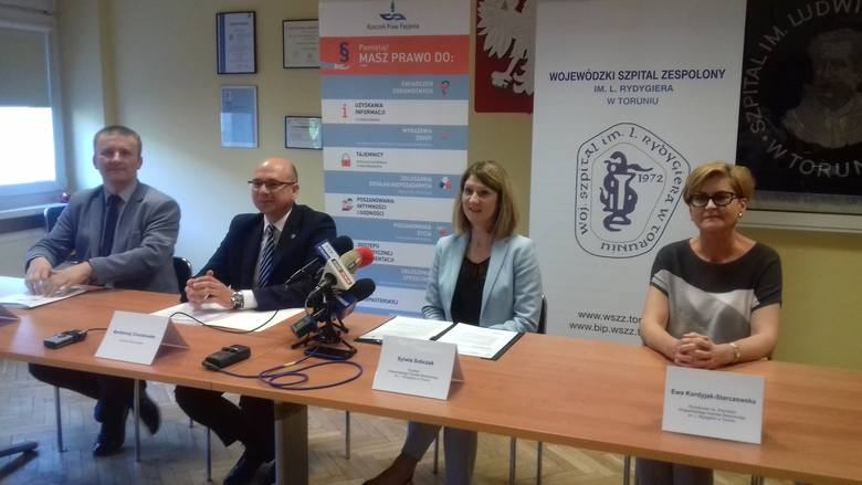 Bartłomiej Chmielowiec (drugi z lewej), rzecznik Praw Pacjenta, w czwartek 7 czerwca gościł w Wojewódzkim Szpitalu Zespolonym w Toruniu, gdzie przedstawił