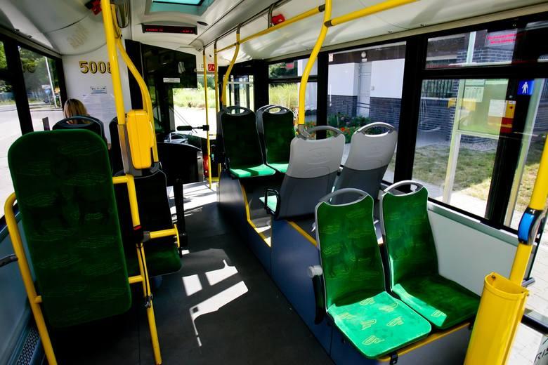 We Wrocławiu testowano już autobus z Poznania. Na siedzeniach są nawet poznańskie koziołki - nasz Czytelnik sugeruje, by Wrocław przejął więcej poznańskich