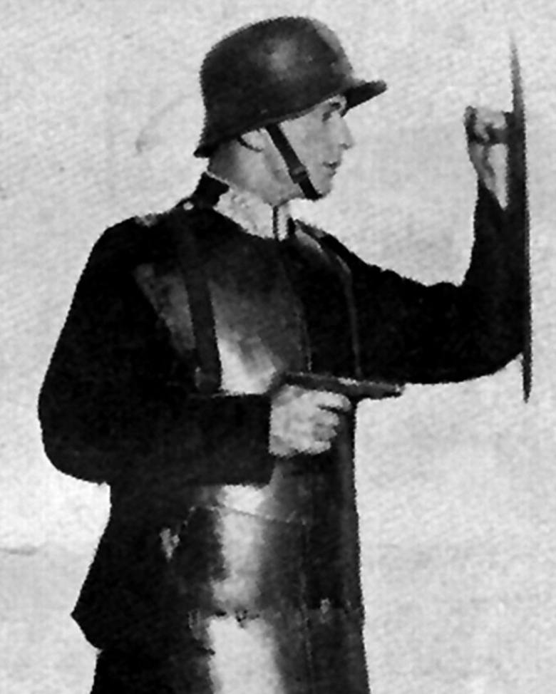 Defilada funkcjonariuszy Policji Województwa Śląskiego z okazji Święta 3 Maja. Katowice, ul. 3 Maja, rok 1928