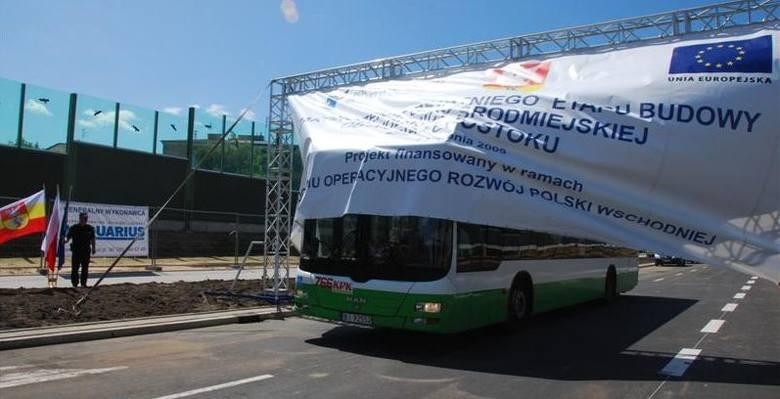 Pierwszy autobus wjeżdża w nową trasę