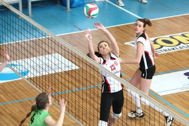 Piłkę wystawia rozgrywająca ŁKS, Katarzyna Machnicka.