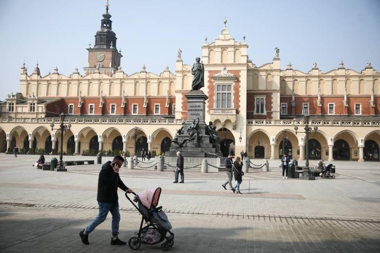 Kraków w pandemii. Od jej początku zachorowało już 55 tys. krakowian, z których zmarło 1000. 230 tys. mieszkańców jest już zaszczepionych przeciwko