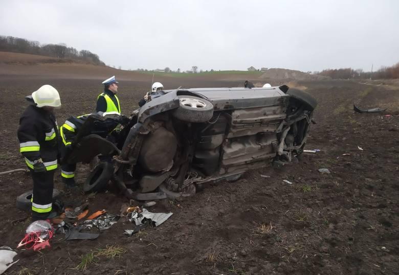 W Stolnie kierujący oplem astrą dachował i pojazd znalazł się poza drogą. Wewnątrz samochodu strażacy zastali dwie osoby wymagające pomocy medycznej.
