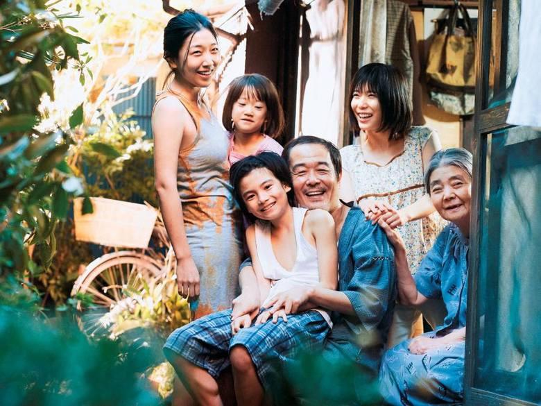 """""""Złodziejaszki""""reż. Hirokazu Koreeda""""Złodziejaszki"""" to historia trzypokoleniowej ubogiej rodziny żyjącej na przedmieściach"""
