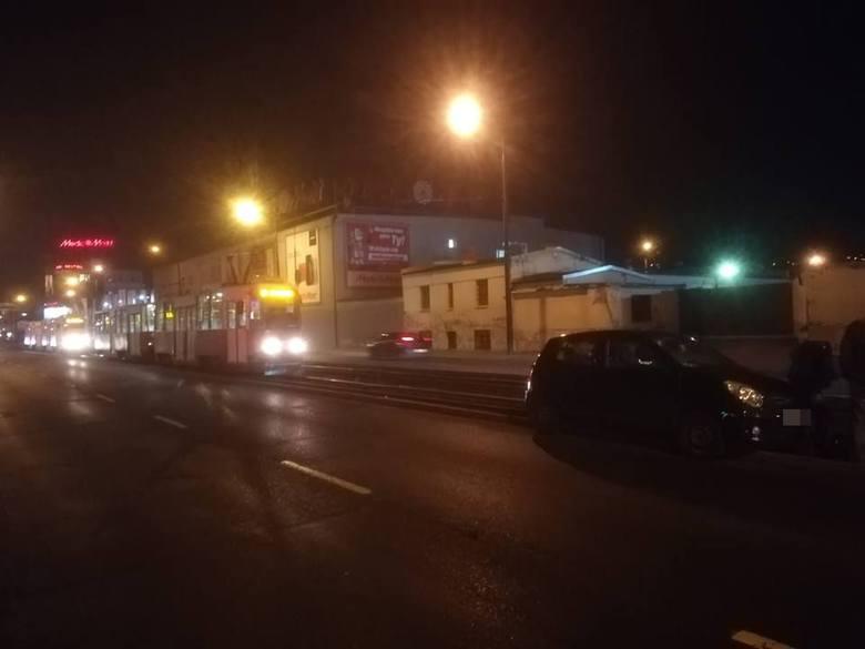 Dzisiaj wieczorem samochód osobowy wpadł na torowisko na ulicy Jagiellońskiej w Bydgoszczy. Okazuje się, że kierował nietrzeźwy. Nieoficjalnie wiemy,