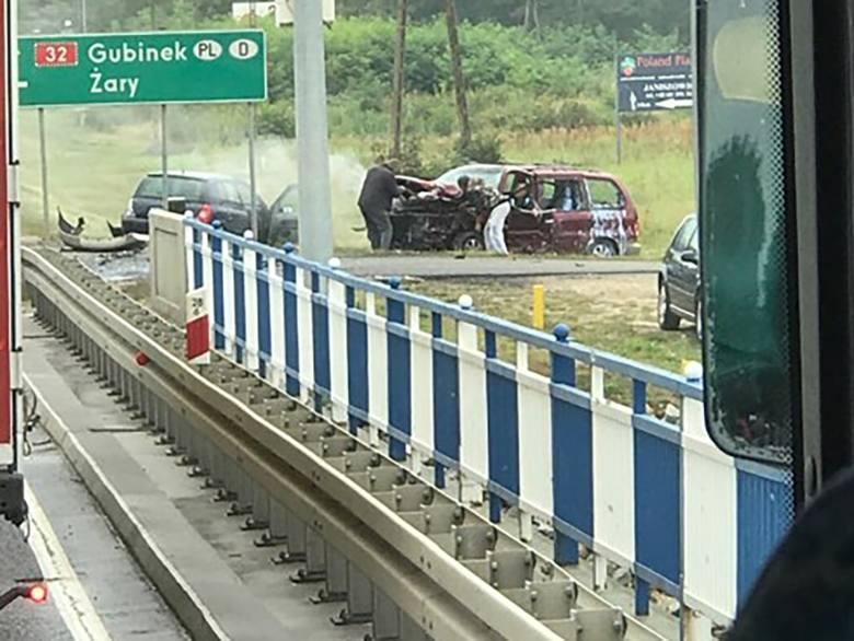 Do wypadku doszło w poniedziałek, 9 września, na moście przy skręcie do Dychowa koło Krosna Odrzańskiego. Trzy osoby są ranne. Droga jest zablokowana.Do
