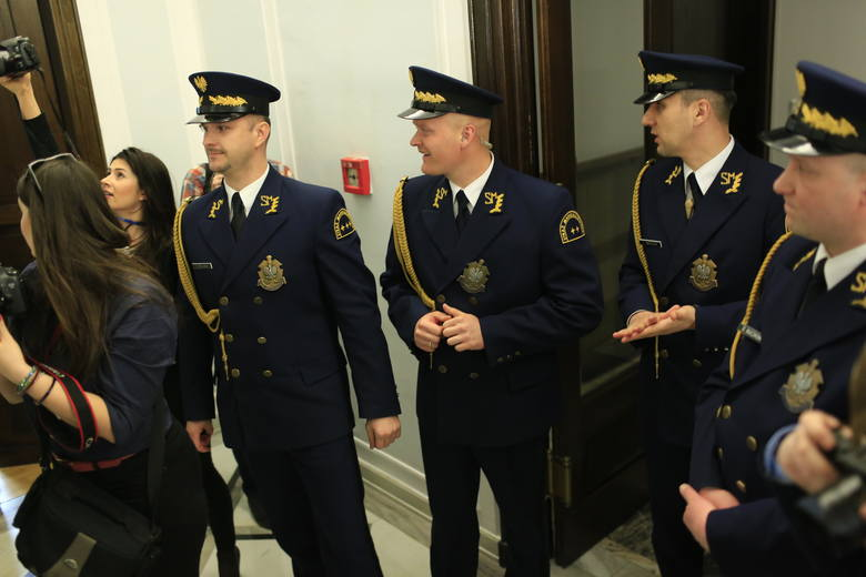 W drugim kwartale 2019 roku Kancelaria Sejmu planuje ogłosić przetargi na dostawy przedmiotów umundurowania dla strażników Straży Marszałkowskiej (500 tys. zł) oraz na dostawę specjalistycznych przedmiotów umundurowania dla strażników Straży Marszałkowskiej (500 tys. zł).