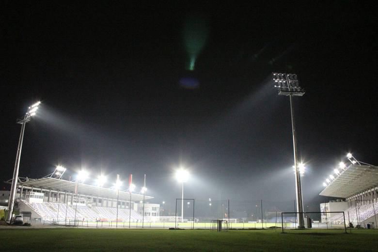 Stadion przy ul. Narutowicza 9 ma już 2000 luksów. We wtorek odpalono cztery maszty oraz światło na dachach trybun. Całość robi piorunujące wrażenie.