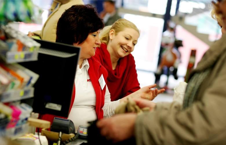 Zastanawialiście się, ile zarabiają pracownicy na kasie w polskich marketach? Wiele wyjawia Raport płacowy Strefy Biznesu przygotowany w oparciu o Ogólnopolskie