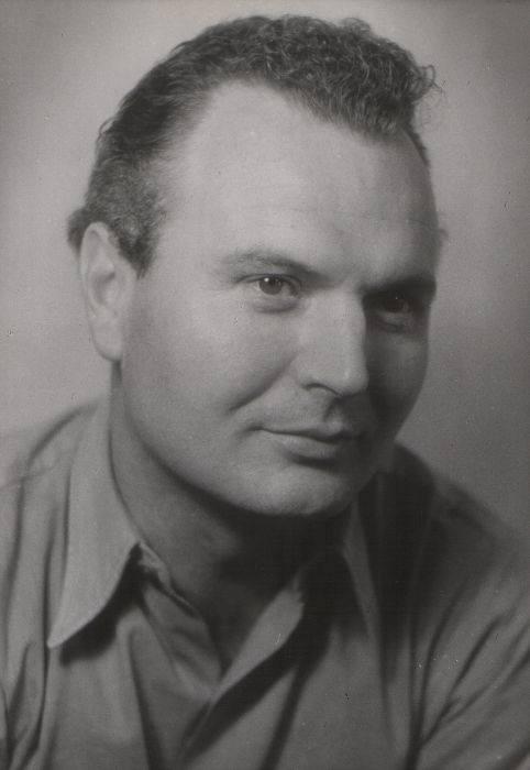 """Bolesław Smela był typowym aktorem charakterystycznym, najczęściej obsadzanym w rolach drugoplanowych. Na zdjęciu (z prawej) w serialu """"Stawka większa"""