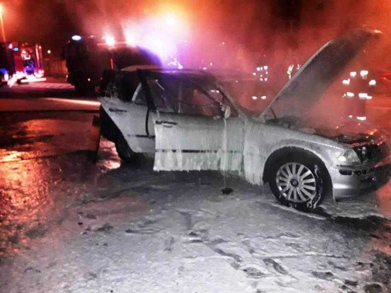 Nowy Sącz. Pożar samochodu osobowego na parkingu przy ul. Lwowskiej. Po BMW pozostał tylko wrak [ZDJĘCIA]