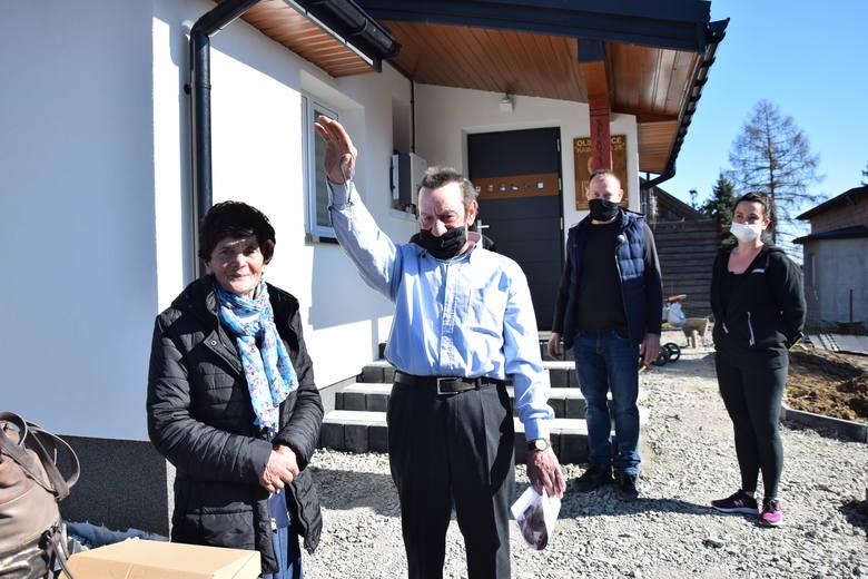 Teresa Młynarczyk z synem Zbigniewem, który pokazuje odebrane klucze do nowego domu wybudowanego przez życzliwych ludzi w Olszowic i ofiarnych firm
