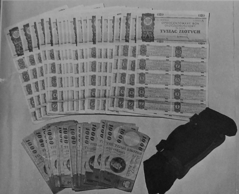 Ukryte przez Józefa B. pieniądze, bony, książeczki i pieczęcie.