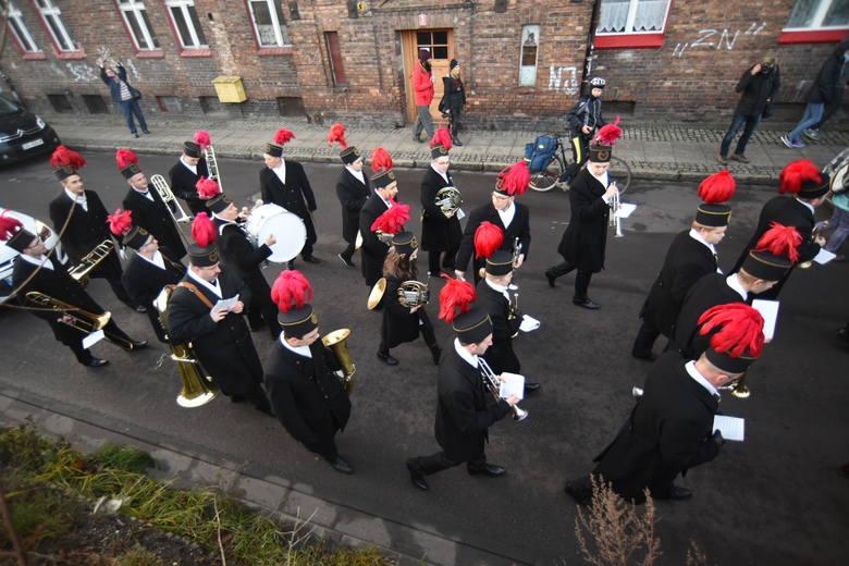 Górnicza orkiestra dęta kopalni Wieczorek obudziła dzisiaj po godz. 6 mieszkańców Nikiszowca i Giszowca w Katowicach. Koncert pod oknami bladym świtem