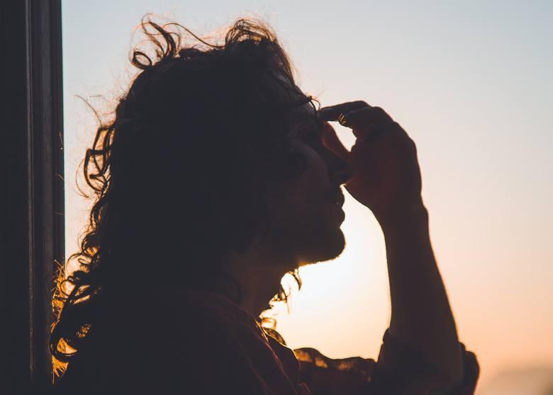 Bardzo silny, przeszywający, pulsujący ból głowy. Możliwe zawroty głowy, nudności, nadwrażliwość na światło czy zapachy. Tak objawia się migrenowy ból