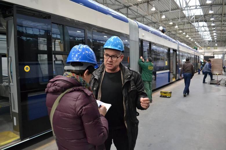 Większość kontraktu tramwajowego z Krakowem została zrealizowana. Pojechały 32, ostatnie 4 są prawie gotowe do odbioru. Pracuje przy nich 40 osób, między innymi Marek Zawiesiński i Dariusz Dudek.