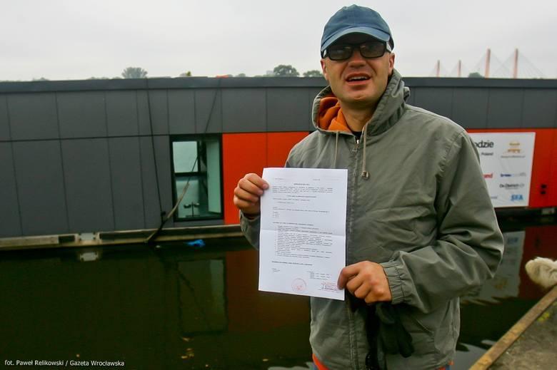 Wrocław: Dom na wodzie dopłynął do celu. Jest przy moście Grunwaldzkim [FOTO]