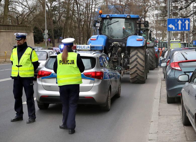 Uwaga, kierowcy! Zepsuty ciągnik zatarasował drogę krajową nr 25 w Jaksicach. Są utrudnienia w ruchu!