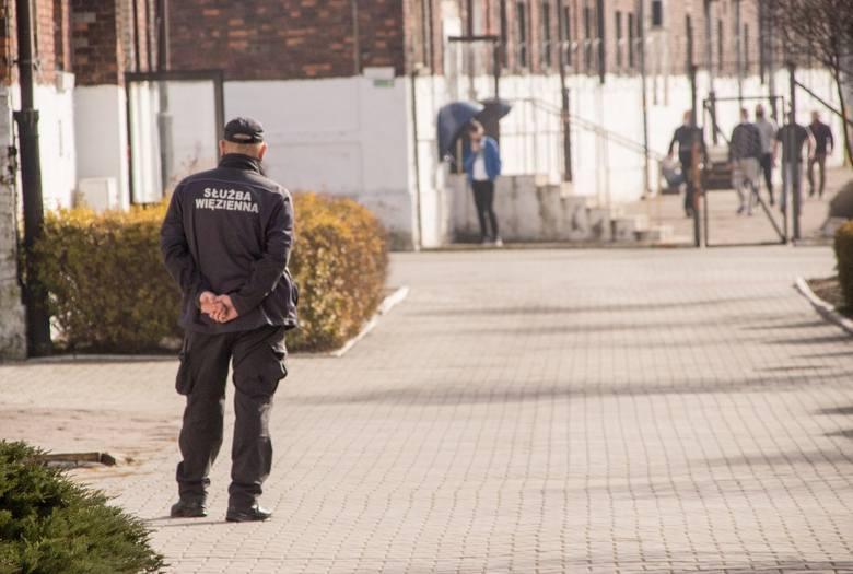 Areszt Śledczy w Sosnowcu - tak wygląda budynek, spacerniak czy zajęcia (jedne przed pandemią, drugie w trakcie). Zobacz kolejne zdjęcia. Przesuń zdjęcia