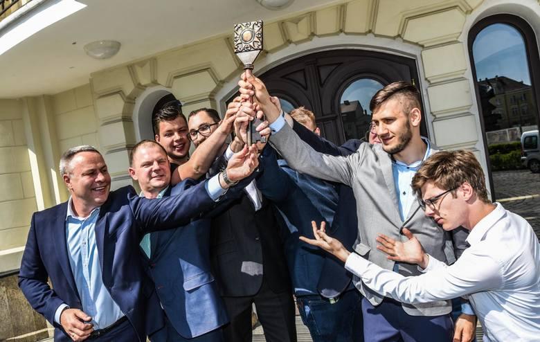 Dziś (poniedziałek) prezydent Bydgoszczy Rafał Bruski symbolicznie przekazał studentom klucz do miasta. To znak, że rozpoczynają się juwenalia.Juwenalia
