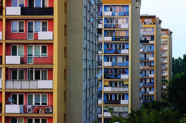 Samorządy mogą także inicjować budowanie nowych mieszkań lub wprowadzać projekty np. tanich mieszkań na wynajem.