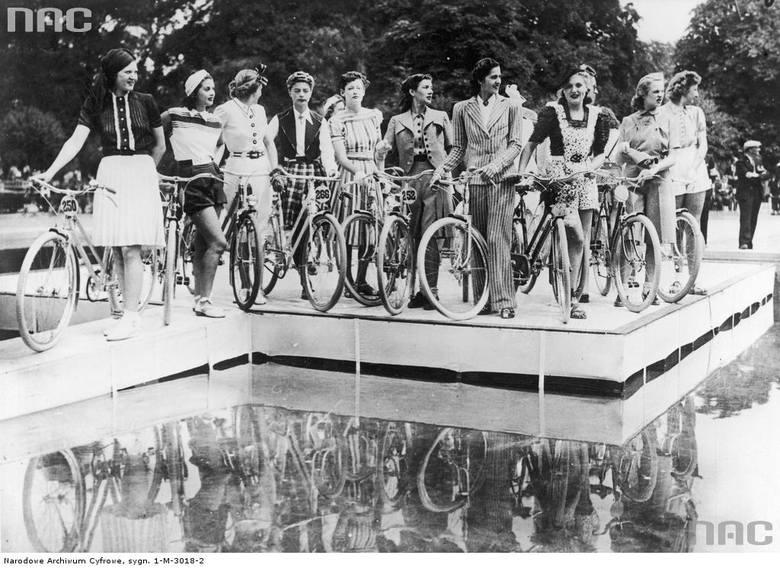 Modelki z rowerami w Lasku Bulońskim prezentują kostiumy sportowe