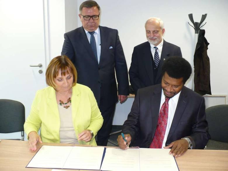 Umowę podpisali: Ewa Wieja (prezes NZOZ Szpital w Puszczykowie) i Mathew Kauluvia, dyrektor Kundiawa Hospital (na zdjęciu z Janem Grabkowskim - starostą