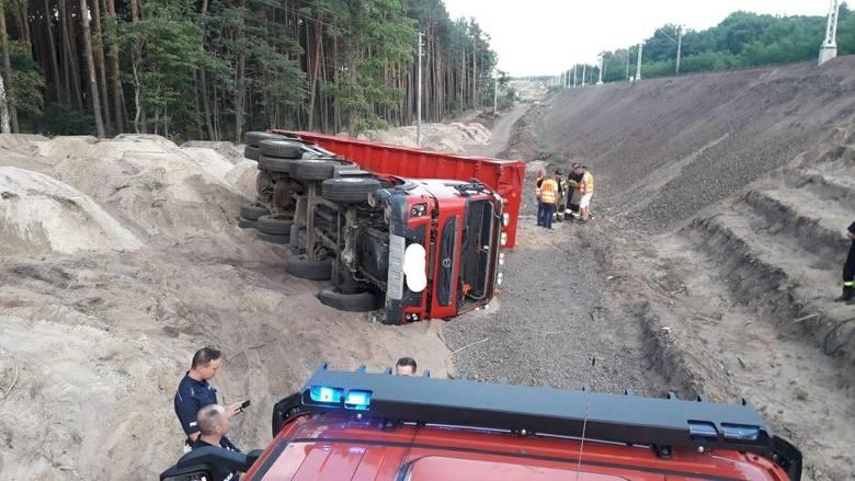 Do poważnego wypadku doszło w środę, 29 lipca, na terenie budowy w Dobiegniewie. Wywrotka przewróciła się na bok, a kierowca był uwięziony w kabinie.
