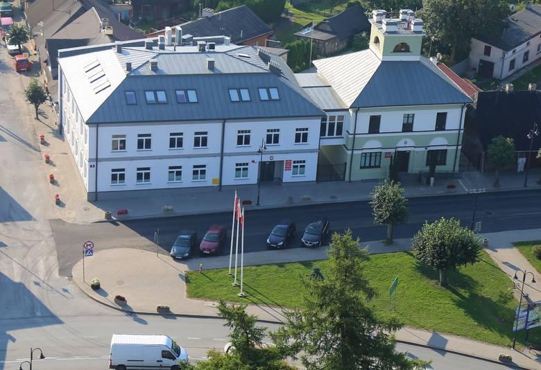27 maja 1990 roku odbyły się pierwsze wybory do samorządu terytorialnego w Polsce, po 40 latach przerwy. W Mogielnicy wybrano radę miejską, która następnie