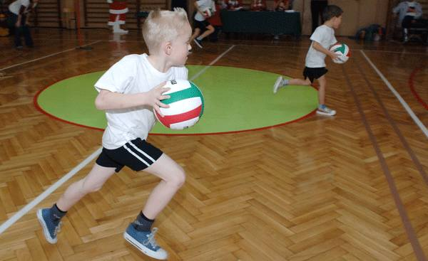 W SP nr 10 zorganizowano Mikołajkowe Potyczki Sportowe.
