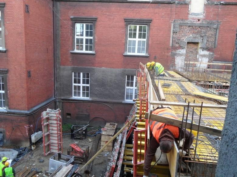Bytom. Rozbudowa szpitala miejskiego przy ulicy Batorego. Powstanie tu centrum perniatologii, będzie gotowe w czerwcu 2015.