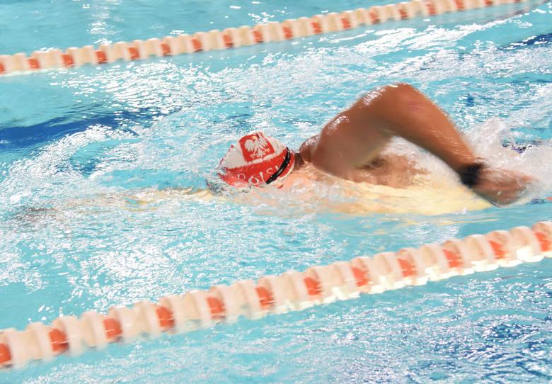 Brzozowski MOSiR zaprosił pływaków z Podkarpacia do uczczenia 101. Rocznicy Odzyskania przez Polskę Niepodległości. Sztafeta na pływalni Posejdon wystartowała