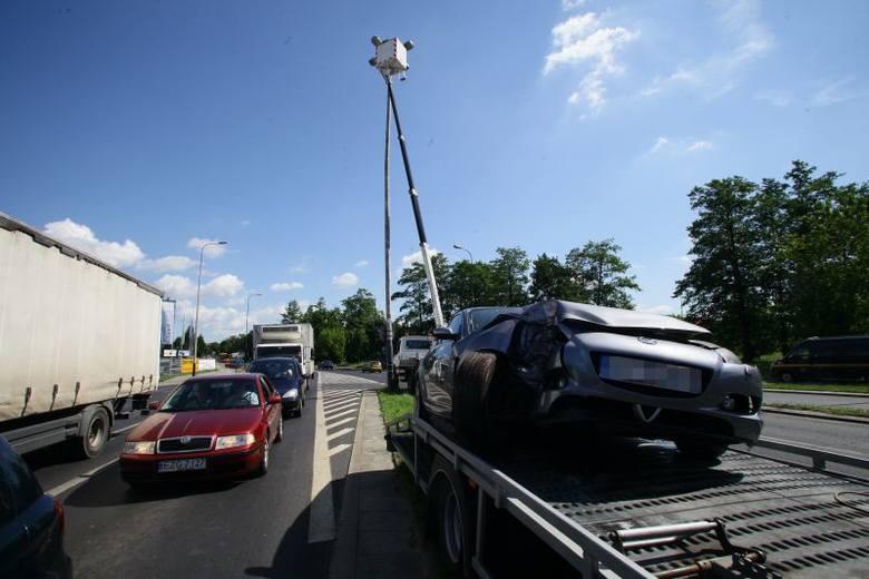 Wypadek na ul. Aleksandrowskiej. Auto na latarni [zdjęcia]