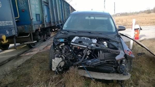 Masę szczęścia miał 22-letni kierowca audi, który w środę wjechał w lokomotywę pociągu jadącego przez gminę Gnojno. Na szczęście nic mu się nie stało.