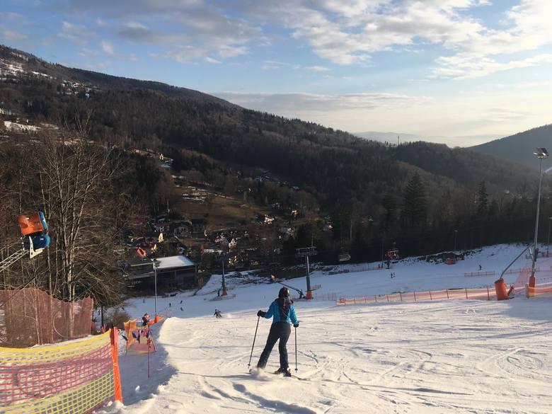 Szczyrk i Wisła pełne narciarzy, choć warunki nie są idealne. Zaczyna się drugi tydzień śląskich ferii ZDJĘCIA + WIDEO