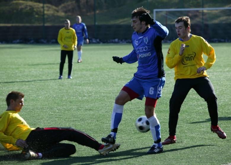 Piłkarze Regi (żółte koszulki) podczas przegranego aż 0:7 sparingu z Flotą Świnoujście, który wstrząsnął władzami trzebiatowskiego klubu.