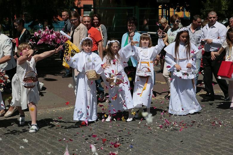 Dziewczynki sypały kwiatki.